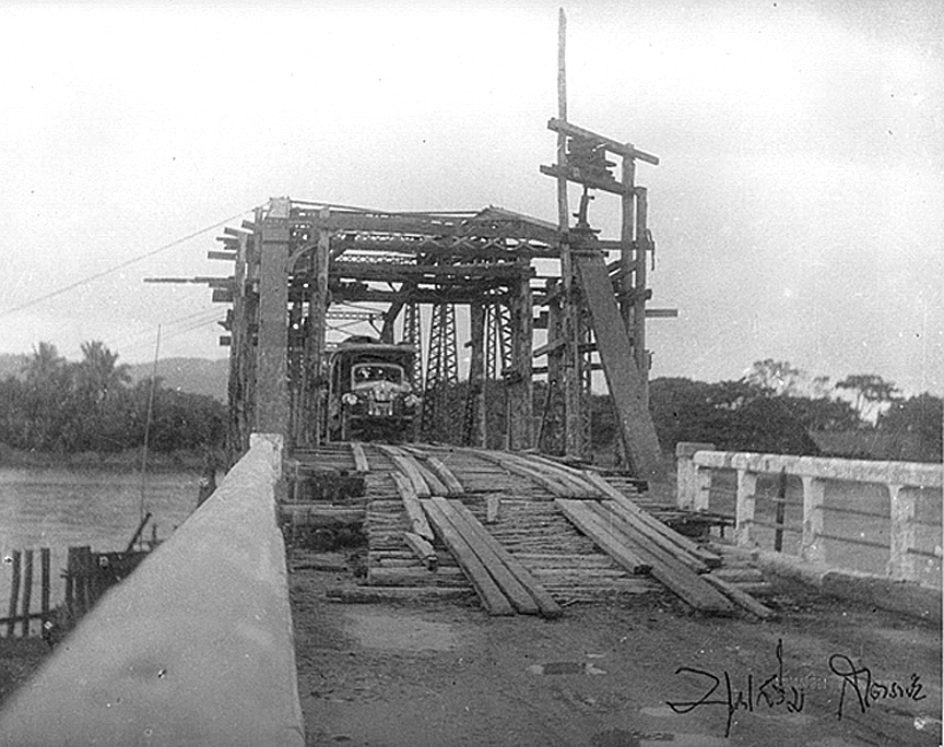 1948 Construction of bridge crossing at the Mae Kok River, Chiang Rai.jpg
