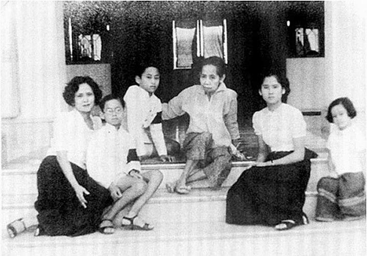 1938 BKK Royals with HRH Queen Consort Suang Vadhana.jpg