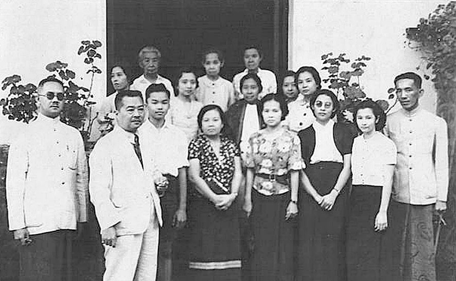 Queen Consort Savang Vadhana {back-centre} of Rama V gathers to pose with family and entourage.jpg