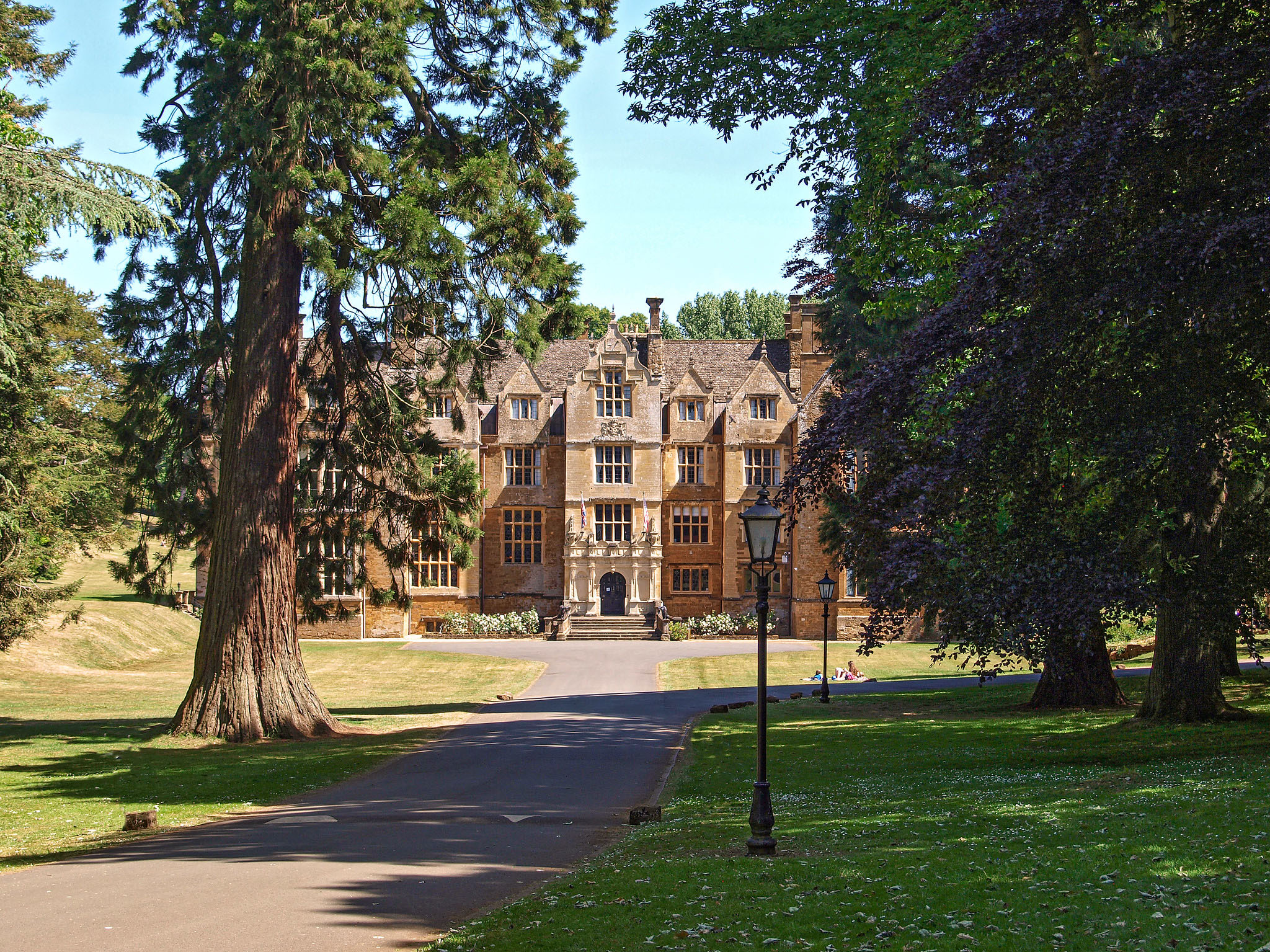 Wroxton Abbey college, Wroxton, Oxfordshire by Andrew S Brown.jpg
