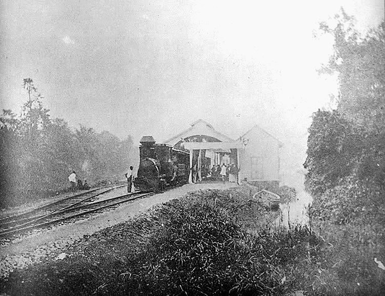 1909 Boarding for northbound at the Pakkhlongan Train Station.jpg