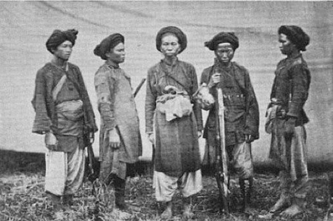 1887 Motley gathering of Haw-Lao militia of lower Laos [Siam].jpg