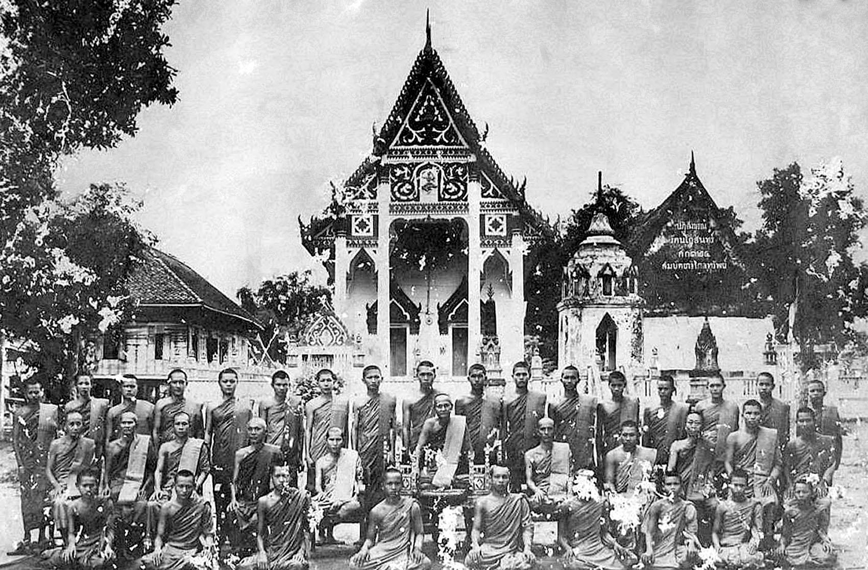 1909 Lopburi monks posing at Wat Phra Dhammasopon.jpg