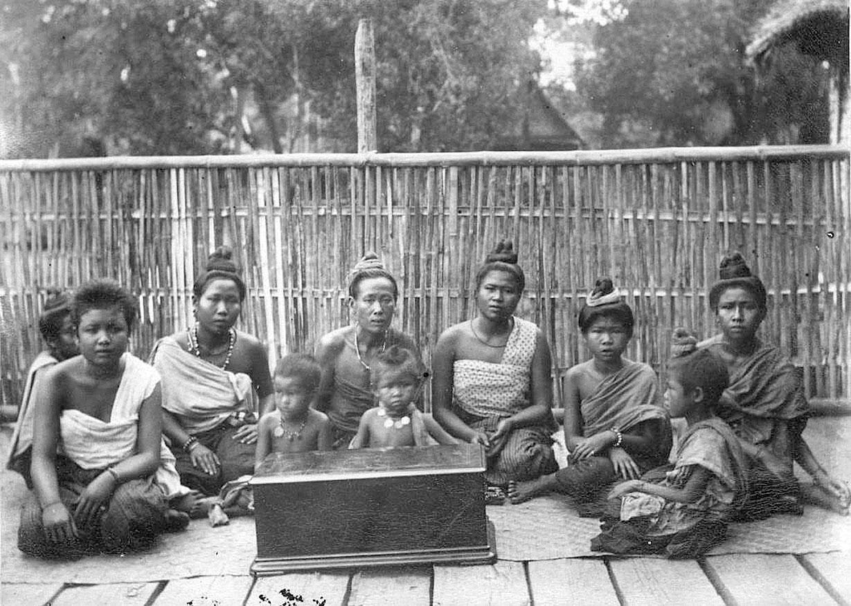 1922 Lao villagers of Nong Khai.jpg