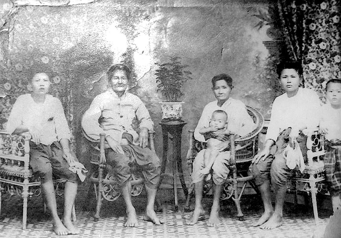 1925 Lopburi family portrait.jpg