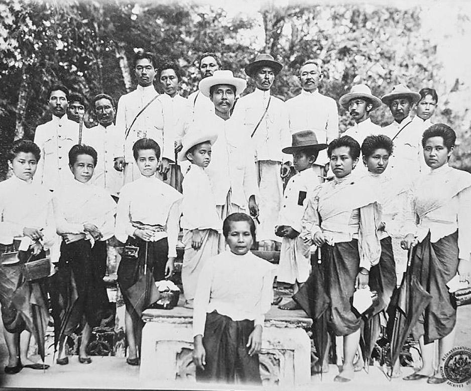 1889 Chulalongkorn and assorted family members.jpg