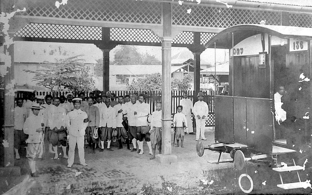 1905 Royals awaiting at Lopburi station during King Chulalongkorn visit.jpg