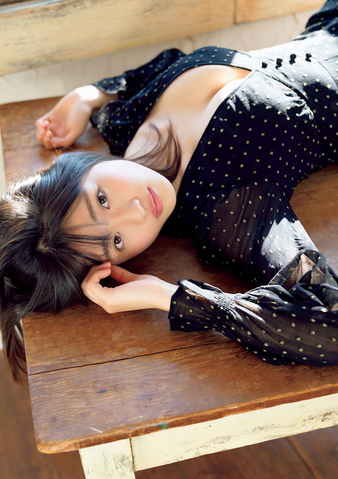 Momoka Ishida Big Comic Spirits 210208 09.jpg