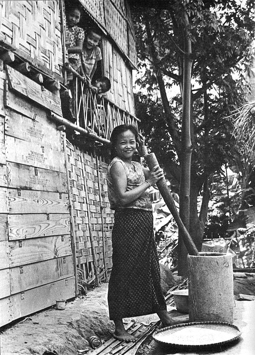 1973 Hulling this day's rice - countryside life, Mukdahan.jpg