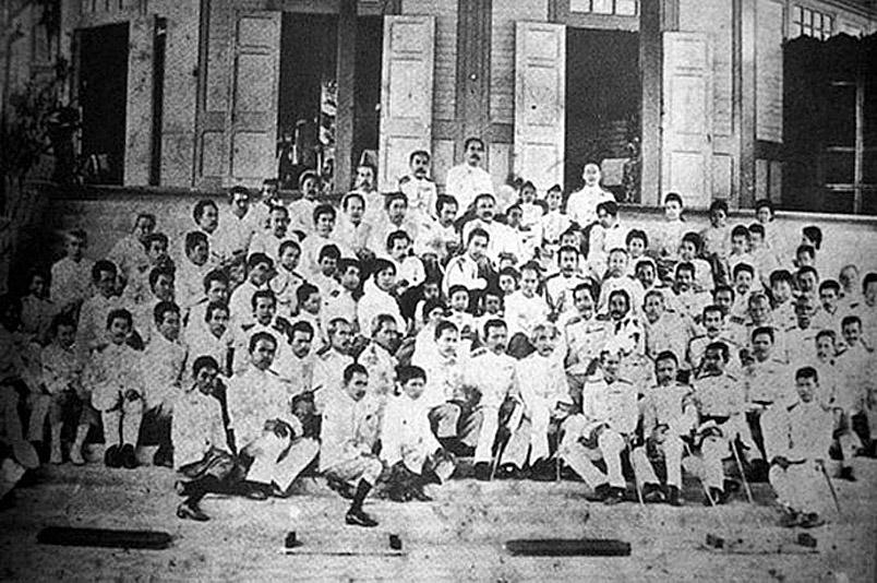 1898 Chulalongkorn's Ministers and Bangkok officials.jpg