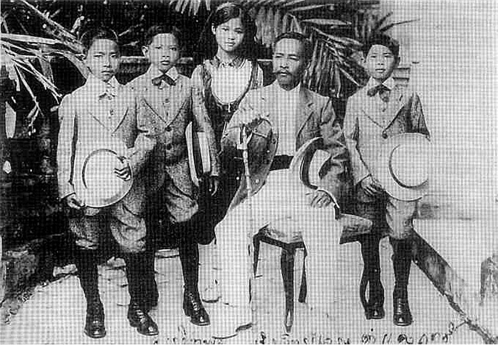 Rama V's {half} brother, Prince Svasti Subhon and children.jpg