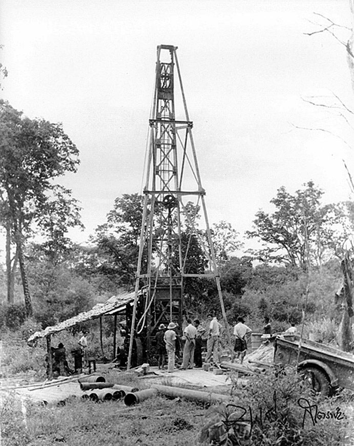 1952 Oil rigging at the Fang oil fields.jpg