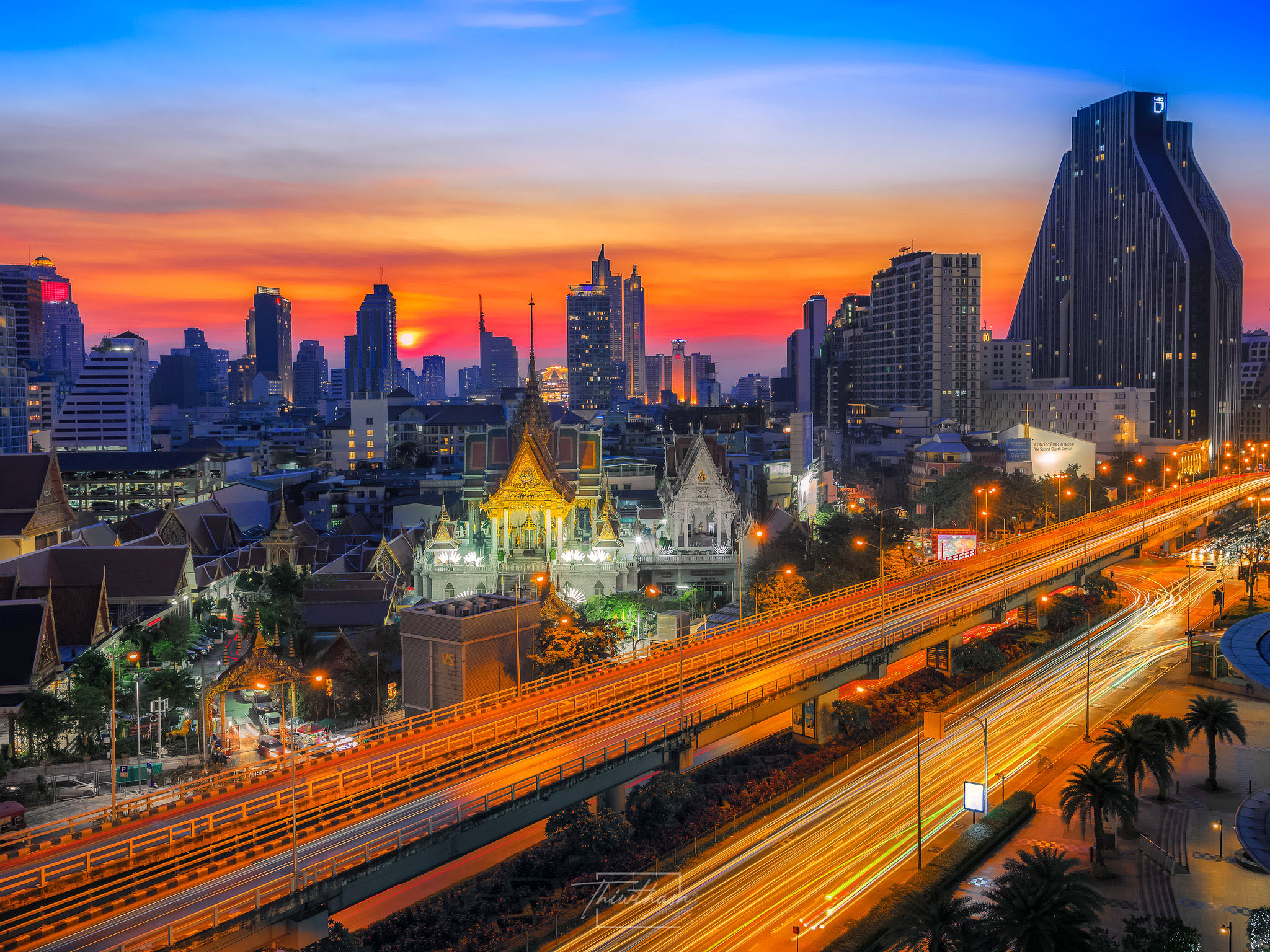 In the evening at the intersection of Sam Yan by Jakapan Chumchuen.jpg