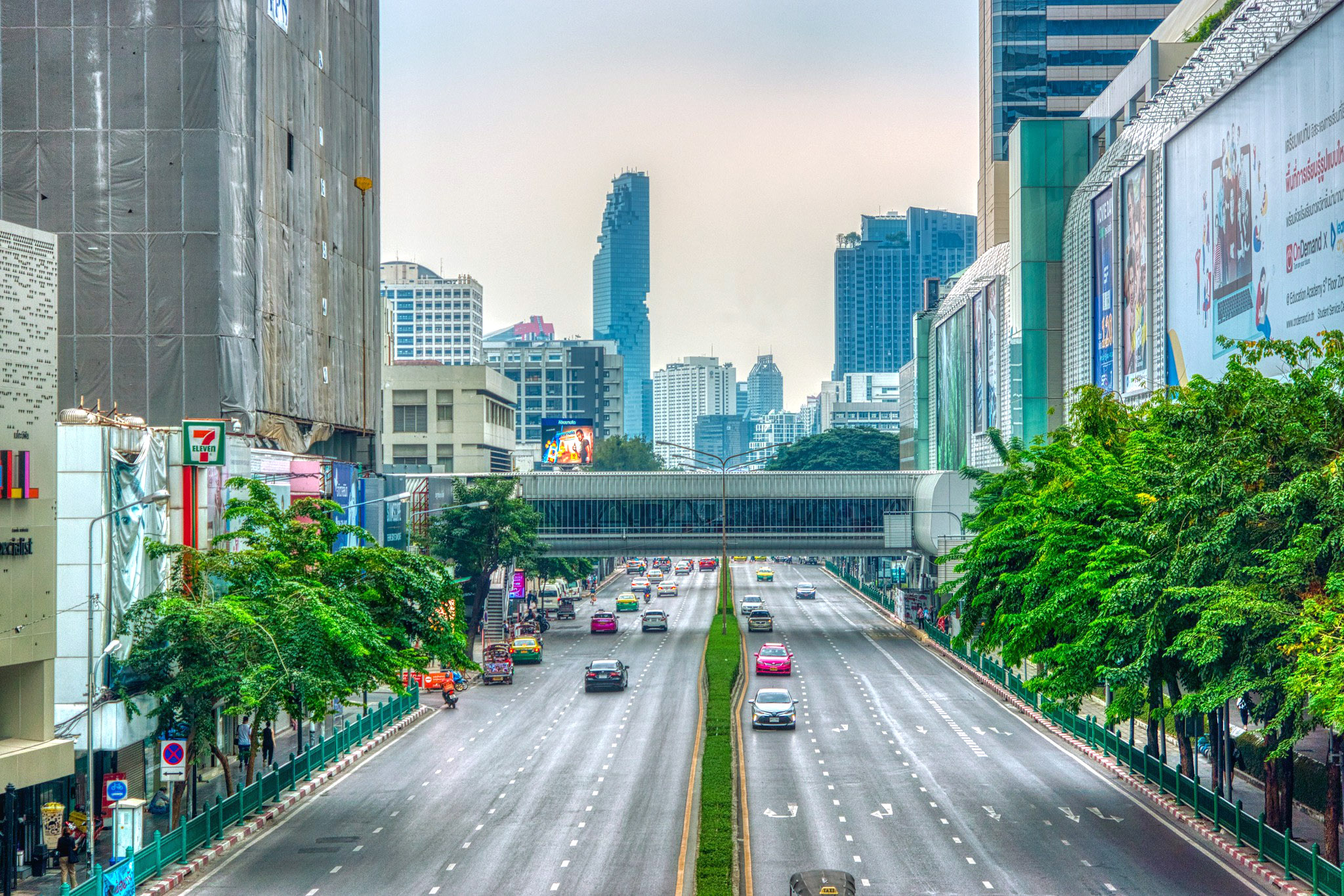 Quiet Phayathai road next to MBK Center shopping mal by Uwe Schwarzbach.jpg