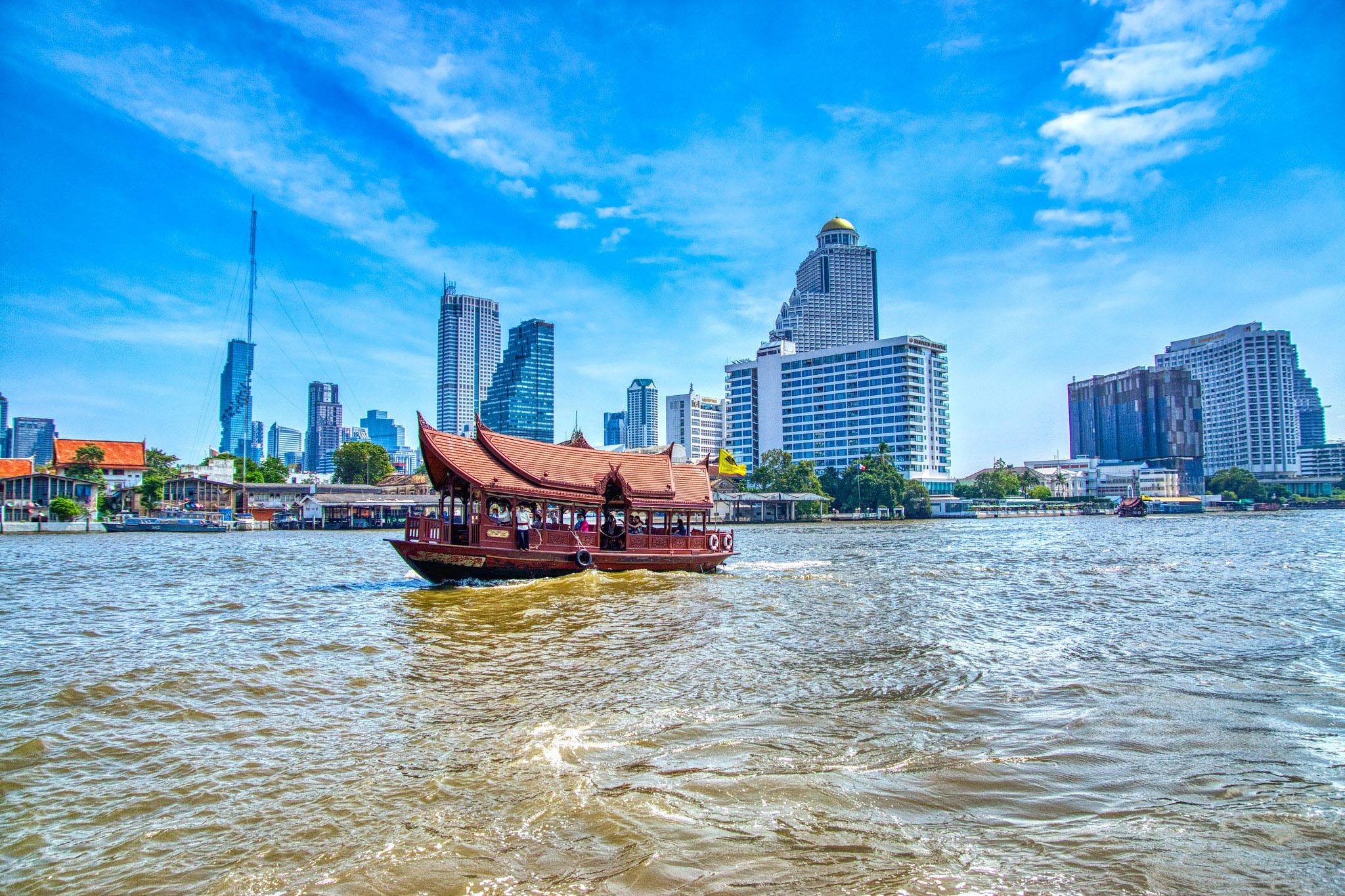 Shuttle boat of the Mandarin Oriental hotel on the Chao Phraya river by Uwe Schwarzbach.jpg