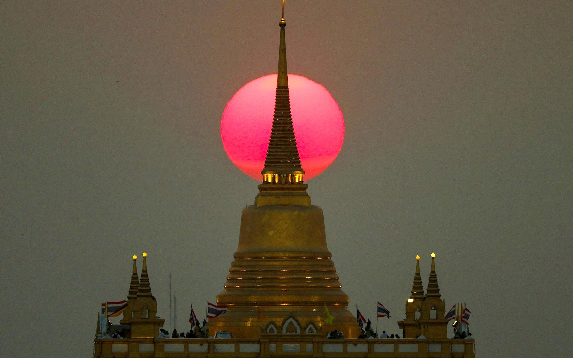 The sun sets behind Wat Saket by Athit Perawongmetha.jpg