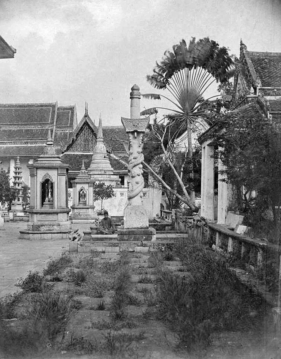 1865 Wat Arun grounds cemetary.jpg