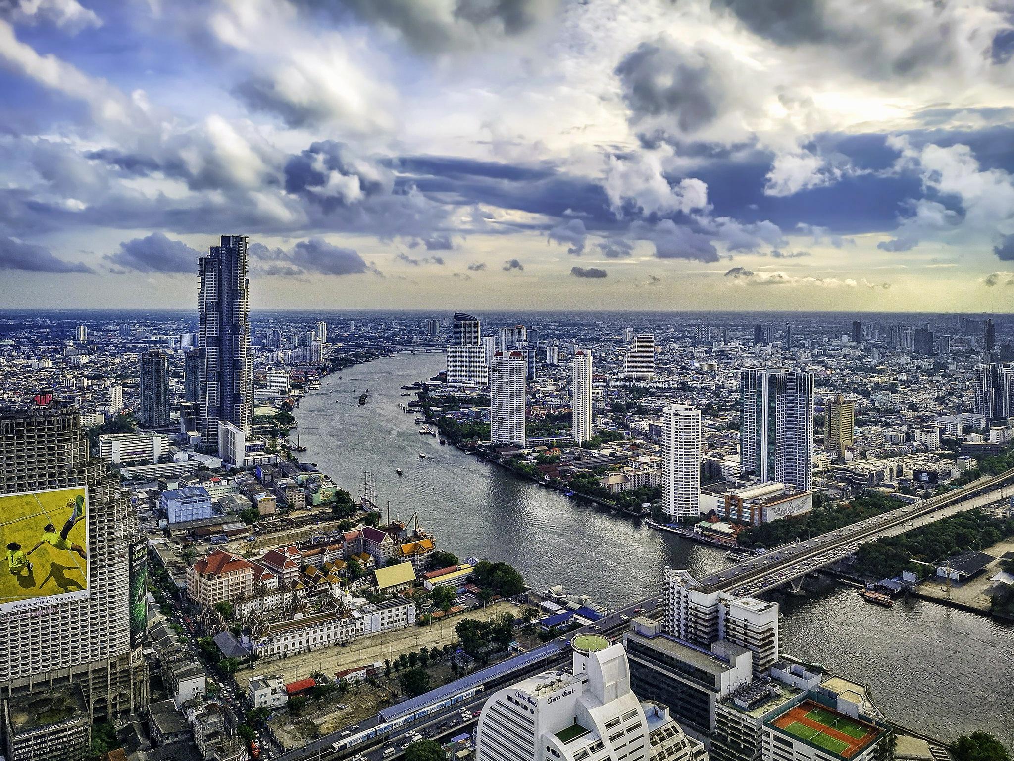 Sky Bar 63rd floor by Leif Alnes.jpg