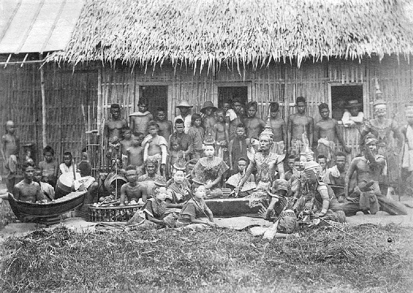 1900 Lakhon Nok presented in Nakhon Sawan.jpg