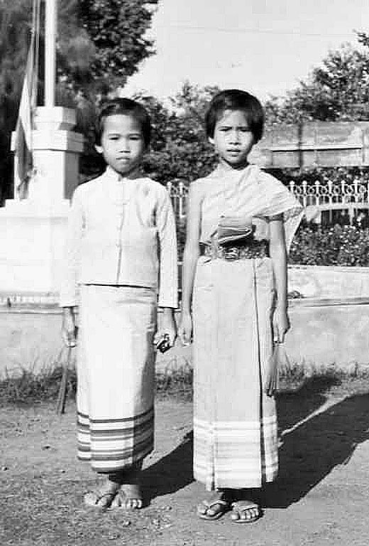 1969 Thai girls pose at Chalermkwansatree School in Phitsanulok.jpg