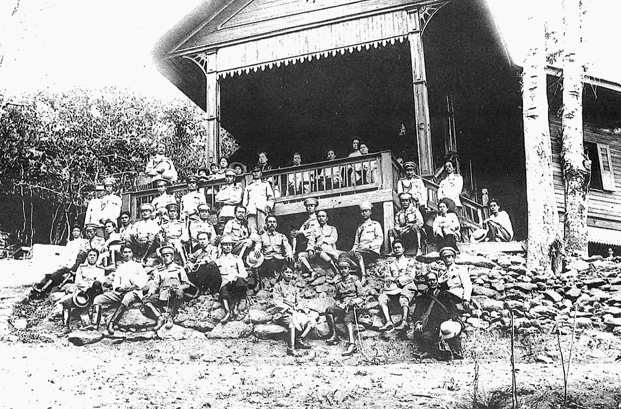 1914 Lanna royalty and officials at the Monchokpok Palace for greeting of the Queen during Chiang Mai visit.jpg
