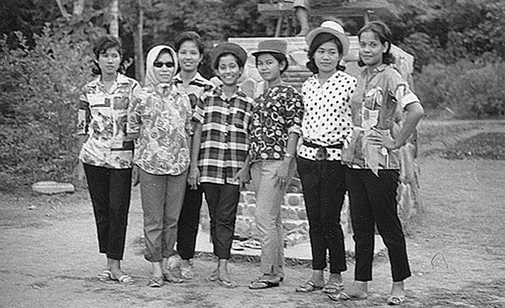 1971 Thai young ladies gathered on holiday, Phuket.jpg