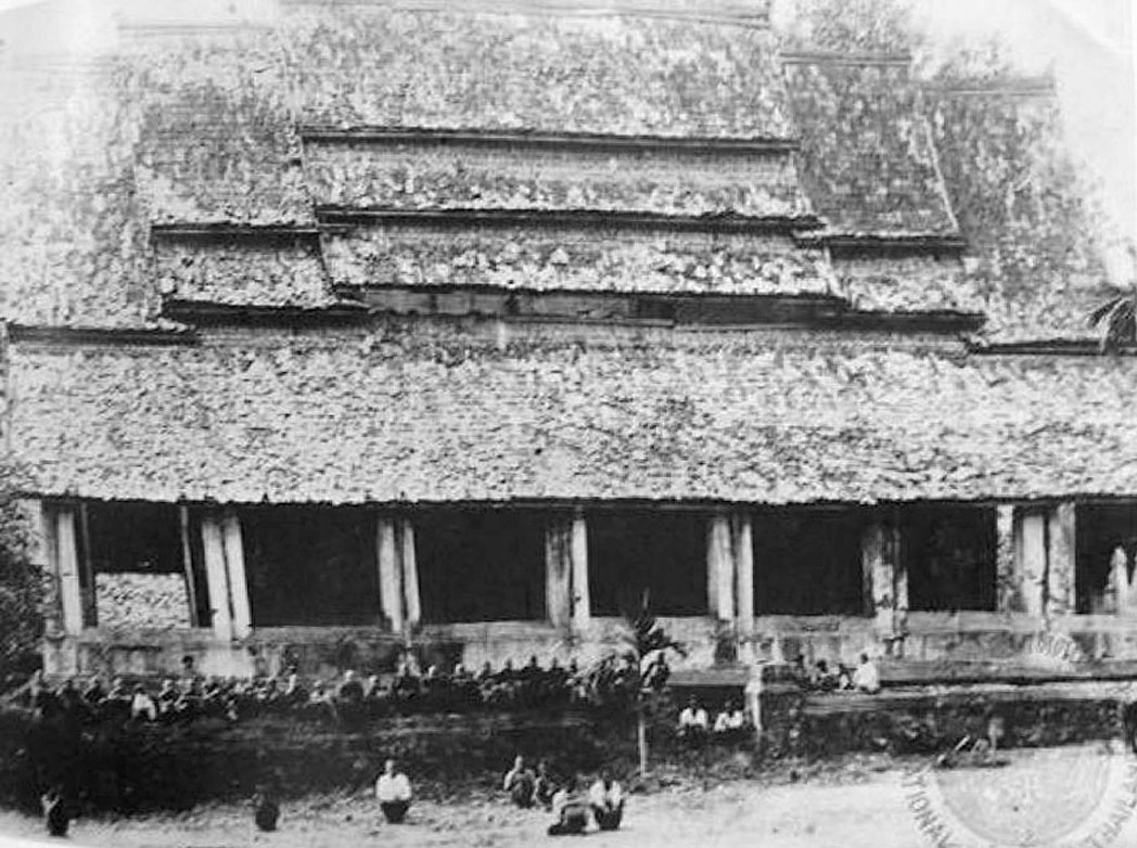 1897 Archaic and crumbling Wat Klang Mueang, Roi Et Province.jpg