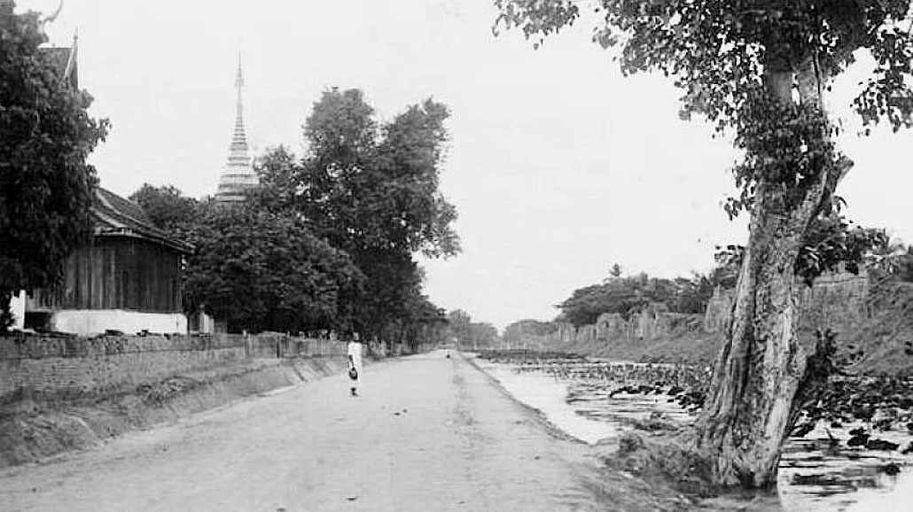 1900 Chiang Mai's Manee Nopparat Road and the distant Wat Chiang Yuen.jpg