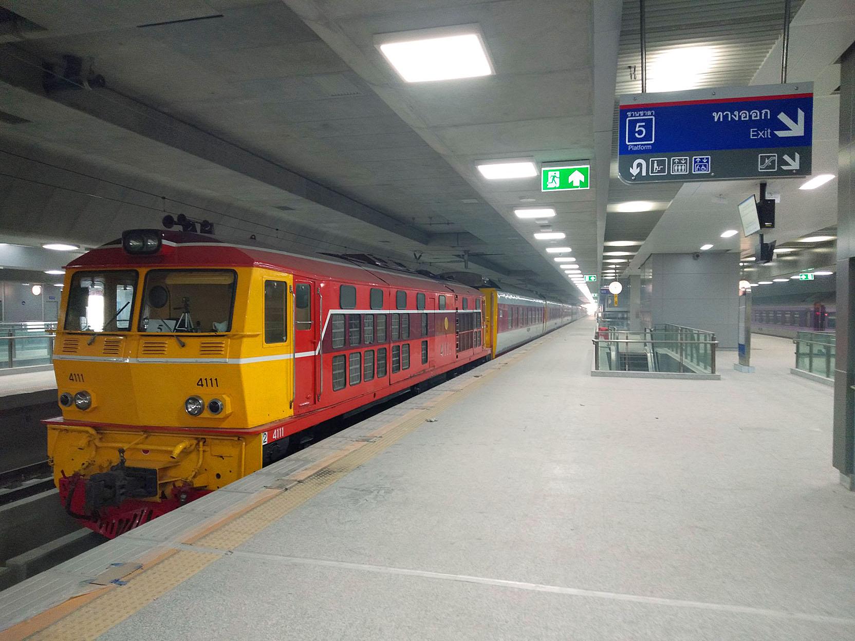 Trains on Bang Sue 01.jpg