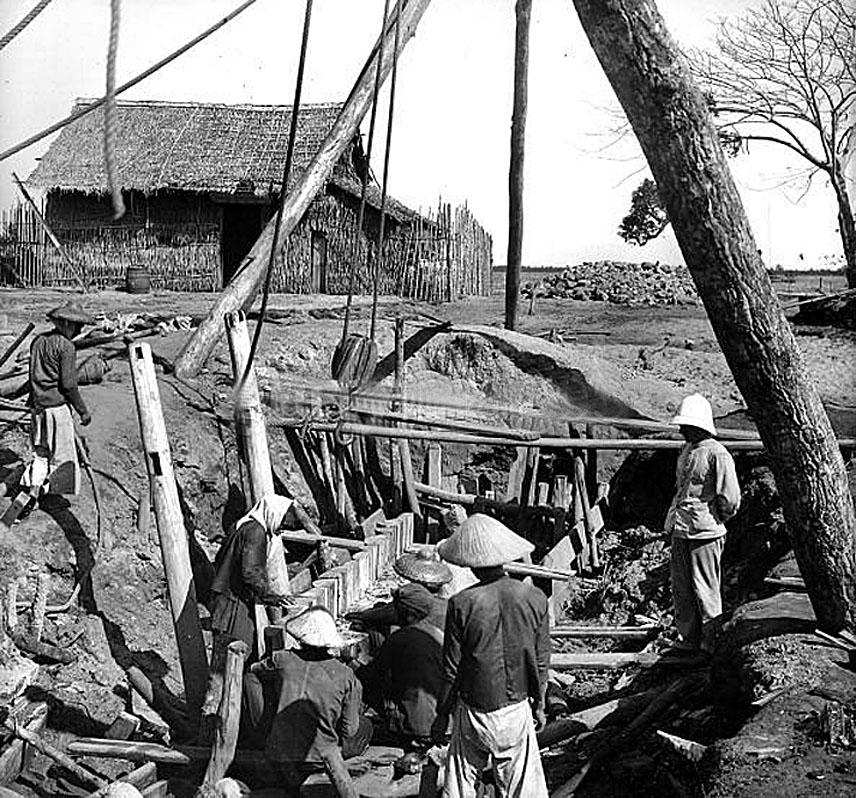 1895 construction at Paknam, under the glance of the supervising Farang.jpg