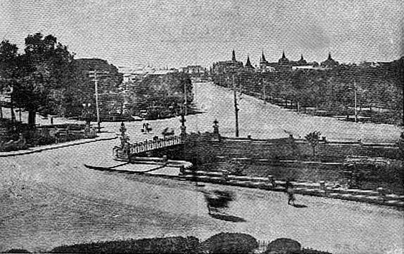 Another view of Phan Phipop Lila Bridge, circa 1898 [Sanam Luang in the distance].jpg