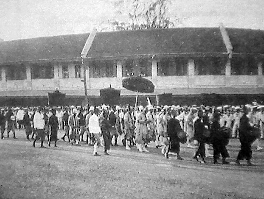 Ceremonial procession [annual] to Sao Ching Cha Giant Swing, 1898.jpg