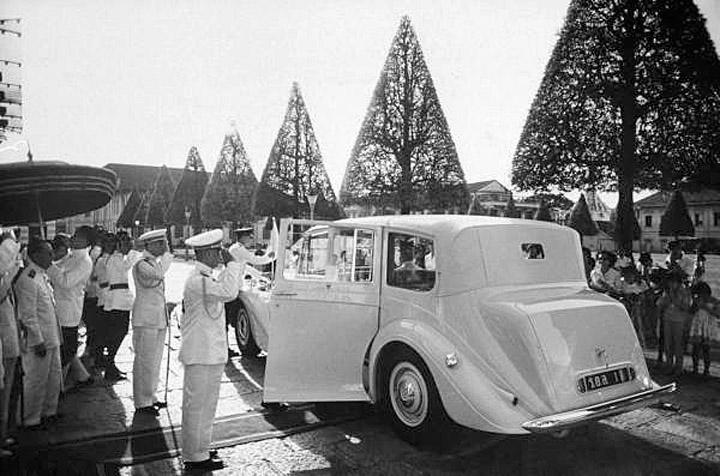 1960 HM The King's Daimler.jpg
