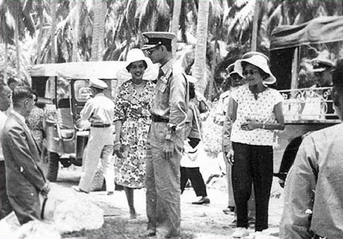 1965 HM The King overseeing a bridge project in Suphan Buri.jpg