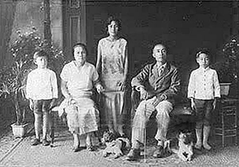 1929 Well-to-do Chiang Mai family.jpg