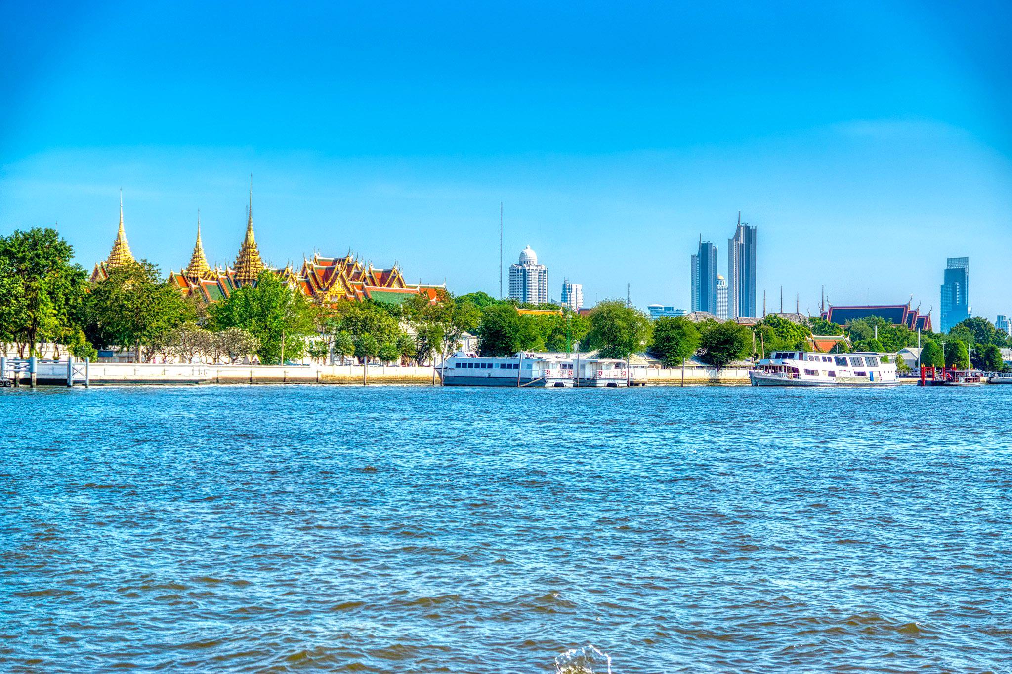 Chao Phraya river with Grand Palace and skyline by Uwe Schwarzbach.jpg