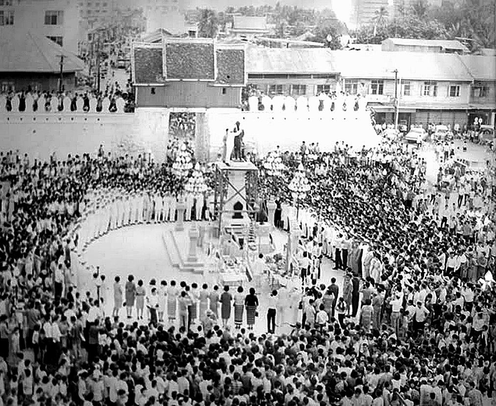 1964 Thao Suranaree statue at Chomphon Gate, Korat.jpg