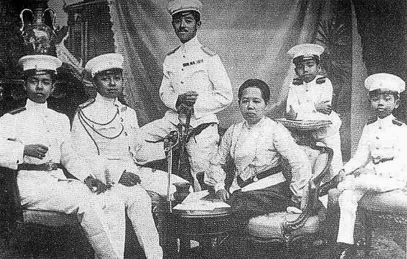 1900HRH Queen Saovabha and sons [two future kings present].jpg