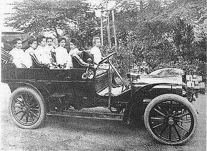 1908 Royals prepare for outing.jpg