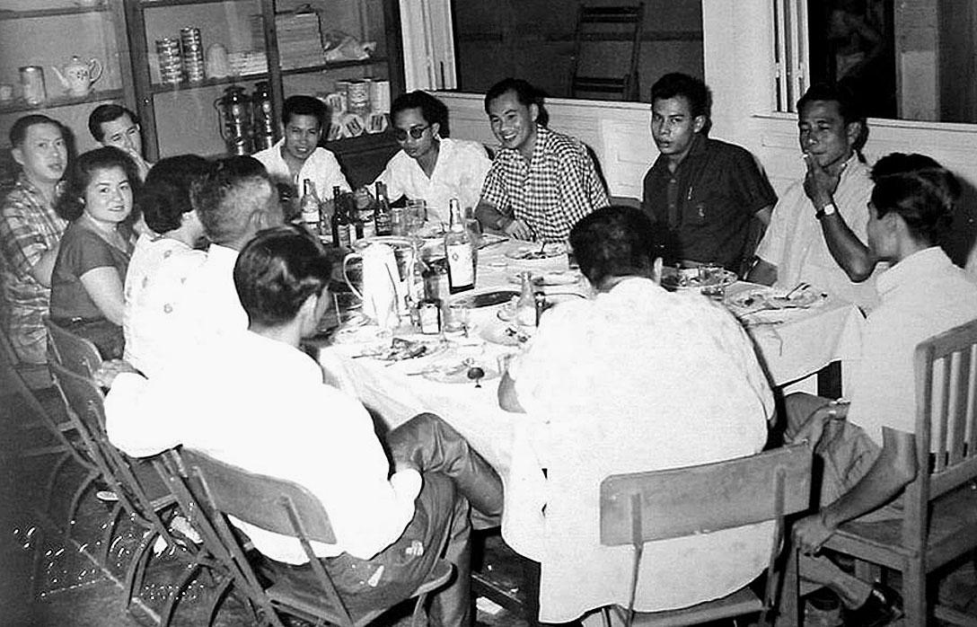 1962 Thais gathering, Bangkok.jpg