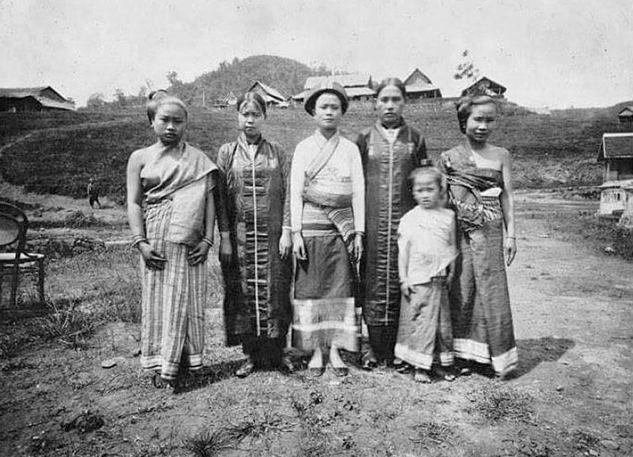1902 Tai Lue ladies of Chiang Rai.jpg