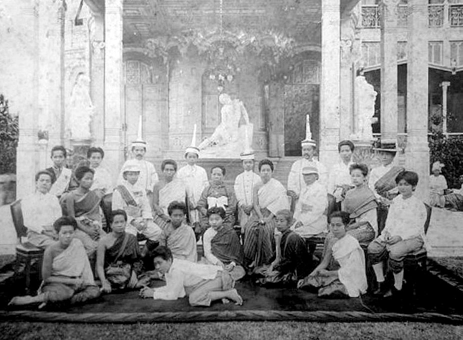 1914 Some of the royal clan pose with HM Queen Saovabha as center piece.jpg