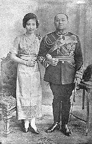 1919 HM King Vajiravudh with {Morn} Chao Walpathevee Worawan.jpg