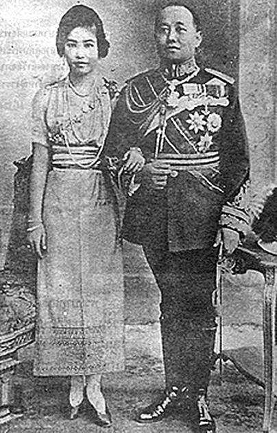 1922 12 January, HM King Vajiravudh {Rama VI} with Consort Princess.jpg