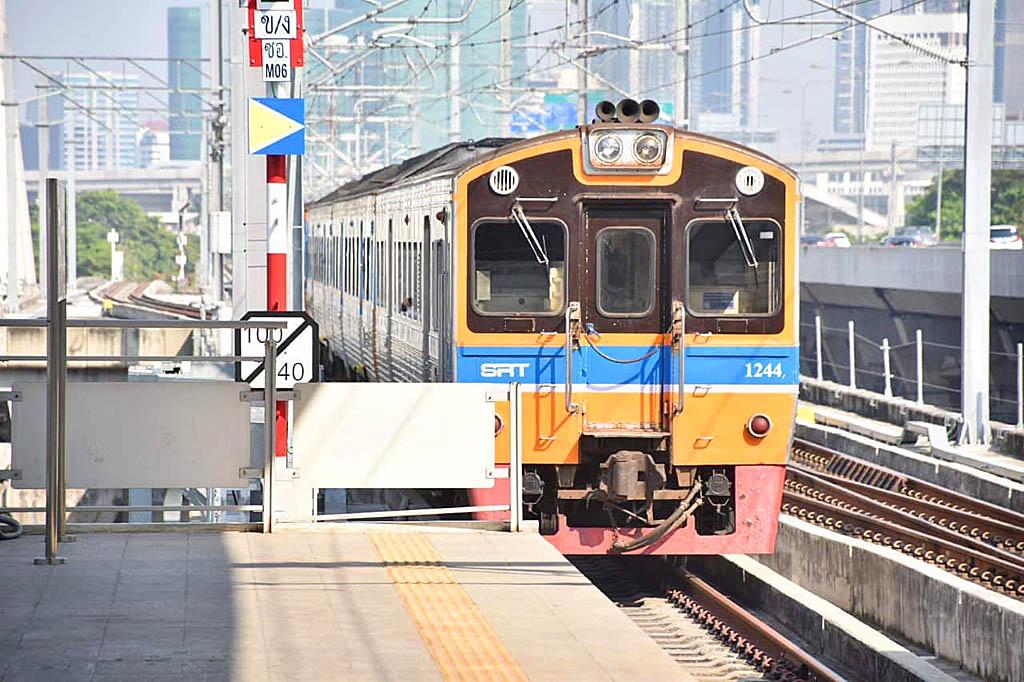 Trains via Elevated 01.jpg
