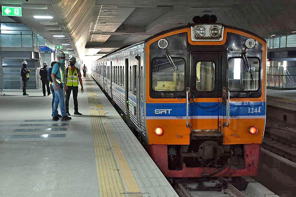 Trains via Elevated 03.jpg