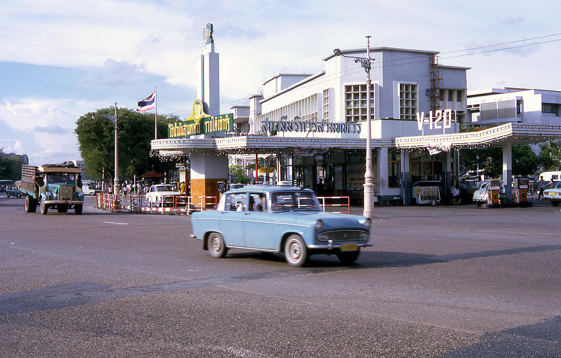 1968 Gas station.jpg