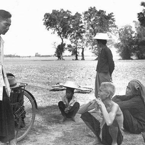 1940 Chinese rice buyer chats with Thai farmers, Ang Thong Province.jpg