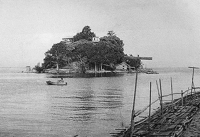 1947 Solo boater off the Trat Province coast.jpg