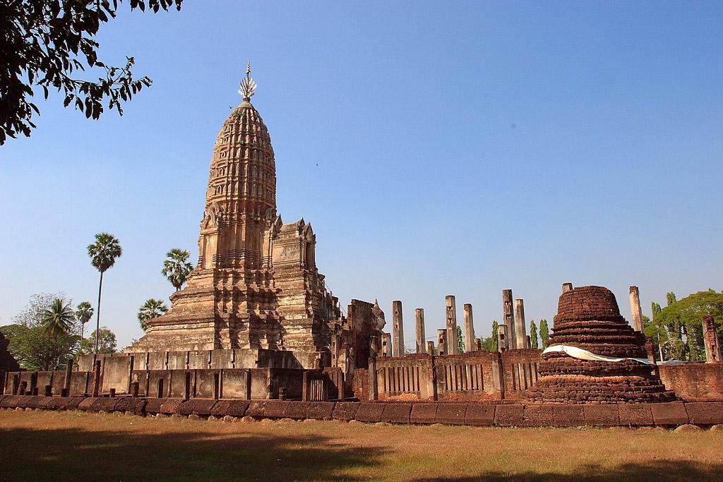 Chedi Chet Thaeo Temple, Si Satchanalai Historical Park.jpg